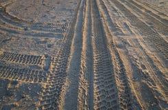 Sporen van de beschermers op het overzeese strand Stock Afbeeldingen