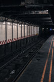 Sporen van de metro de ondergrondse post met niemand Stock Afbeeldingen