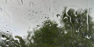 Sporen van de zomerregen op het glas royalty-vrije stock fotografie