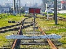 Sporen van een geblokkeerde spoorweg met verbiedend teken stock foto