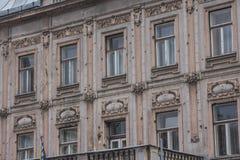 Sporen van schoten die op de voorgevel van een woningbouw in Sarajevo na de oorlog blijven In de schaduw gestelde hulpkaart met b stock afbeeldingen