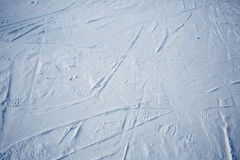 Sporen van skis en schoen op de sneeuw Stock Afbeeldingen