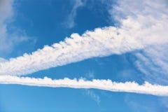 Sporen van vliegtuigen in de blauwe hemel Royalty-vrije Stock Fotografie
