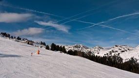 Sporen van vliegtuigen in de hemel over de Alpen Stock Foto