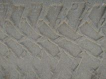 Sporen van wielen die op het zand als slepenvrachtwagen lopen stock foto