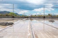Sporendekking met vulklei van regen op een fabriekswoningbouw stock foto