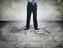 Sporgenza arrabbiata con il pavimento fendentesi Immagine Stock Libera da Diritti