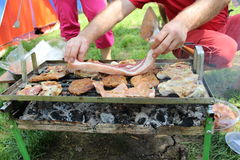 Sporgere le labbra il bacon sulla griglia Fotografie Stock