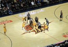 Sporne Tim Duncan wird zu einer Sprungkugel fertig Stockfoto