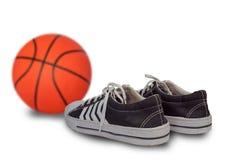 Sportów buty i koszykówki piłka fotografia royalty free