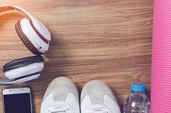 Sportów butów butelka woda, hełmofon, joga matuje i mądrze telefon Fotografia Royalty Free