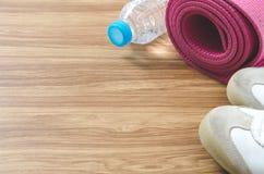 Sportów butów butelka woda, joga mata na drewnianym tle i c, Zdjęcia Royalty Free