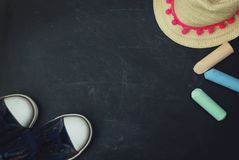 Sportów butów dzieci Chalkcs tła kopii Chalkboard Textured przestrzeń Edukaci rodziny rodzice Zdjęcie Stock