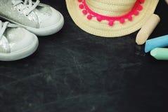 Sportów butów dzieci Chalkcs tła kopii Chalkboard Textured przestrzeń Edukaci rodziny rodzice fotografia stock