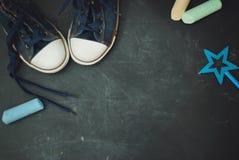 Sportów butów dzieci edukacja Grounge Textured Blackboard z kredy kopii przestrzenią zdjęcie royalty free