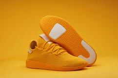 Sportów butów temat w żółtym kolorze Obrazy Royalty Free
