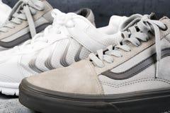 Sportów buty na betonowym tle Zdjęcia Stock