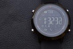 Sportów mądrze zegarki na czarnej skórze zdjęcie royalty free