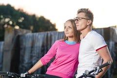Sportów pojęcia Młoda Kaukaska para z rowerami górskimi obraz royalty free
