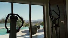 Sportów symulantów stojak blisko panoramicznego okno zbiory