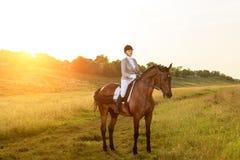Sport équestre Cheval d'équitation de jeune femme sur l'essai avancé de dressage photos stock
