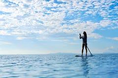Sport acquatici di estate Siluetta della donna in mare Stile di vita sano Fotografia Stock Libera da Diritti