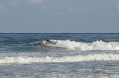 Sport acquatici estremi praticanti il surfing Fotografia Stock Libera da Diritti