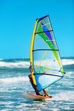 Sport acquatici estremi ricreativi windsurfing Legge praticante il surfing del vento fotografia stock