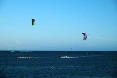 Sport acquatico praticante il surfing dell'aquilone immagine stock
