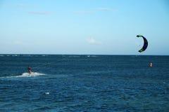 Sport acquatico praticante il surfing dell'aquilone fotografia stock libera da diritti