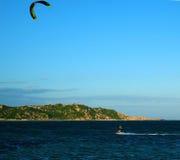 Sport acquatico praticante il surfing dell'aquilone immagini stock libere da diritti