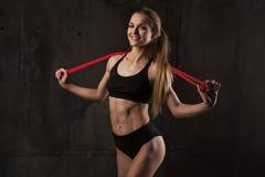 Sport, activité Femme mignonne avec la corde à sauter Fille musculaire bl photographie stock libre de droits