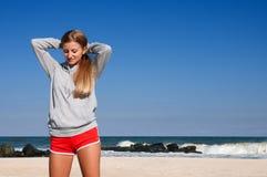 Sport all'aperto Bella donna che fa gli esercizi sulla spiaggia della spiaggia fotografia stock