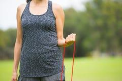 Sport all'aperto della banda di forma fisica di allungamento della giovane donna Fotografia Stock