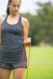 Sport all'aperto della banda di forma fisica di allungamento della giovane donna Fotografia Stock Libera da Diritti