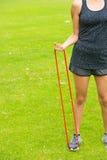 Sport all'aperto della banda di forma fisica di allungamento della giovane donna Fotografie Stock Libere da Diritti
