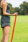 Sport all'aperto della banda di forma fisica di allungamento della giovane donna Fotografie Stock