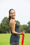 Sport all'aperto della banda di forma fisica di allungamento della giovane donna Immagini Stock