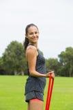 Sport all'aperto della banda di forma fisica di allungamento della giovane donna Immagine Stock