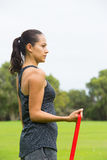 Sport all'aperto della donna di allungamento della banda sicura di forma fisica Immagini Stock