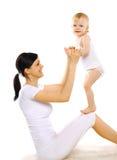 Sport, attivo, svago e concetto 'nucleo familiare' - mamma e bambino felici fotografia stock libera da diritti