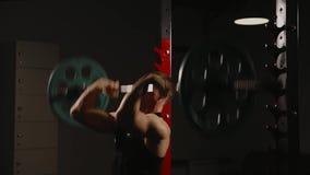 Sport aufgeblähter Mann führt die anhebenden Gewichte durch, die stehende Übung für die Muskeln der Schultern durchführen stock video