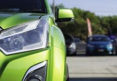 Sport-Auto und Gebrauchtwagen, geparkt im Parkplatz der Verkaufsstelle wartend, an Kunden verkauft zu werden und geliefert zu wer stockbilder