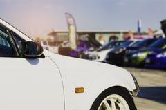 Sport-Auto und Gebrauchtwagen, geparkt im Parkplatz der Verkaufsstelle wartend, an Kunden verkauft zu werden und geliefert zu wer stockfotos