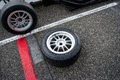 Sport automobile humide emballant le pneu sur la voie de circuit images stock