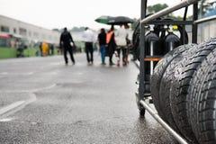 Sport automobile réglé de emballage humide de pneu image stock