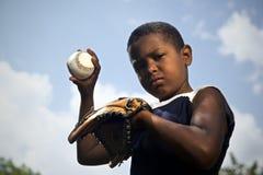 Sport, baseball och ungar, stående av barnet som kastar bollen Royaltyfri Fotografi