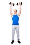 Sport bemannt das Handeln von Übungen mit Dummköpfen Lizenzfreie Stockfotografie