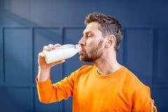 Sport bemannt Trinkmilch lizenzfreies stockbild
