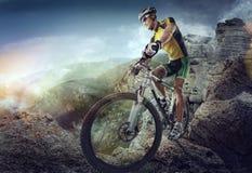 sport bike la prospettiva biking della montagna delle mani della foresta del fuoco del campo di profondità del ciclista poco prof Immagine Stock